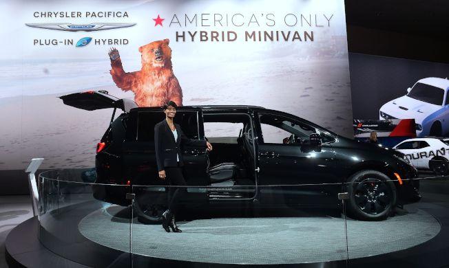 克萊斯勒公司去年11月在洛杉磯汽車展介紹新款節能廂形車。(Getty Images)