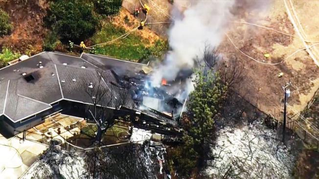 聖荷西東部11日發生三級火警,造成一棟房屋被燒毀(電視新聞截圖),一名消防員受傷,同時還引發野火。