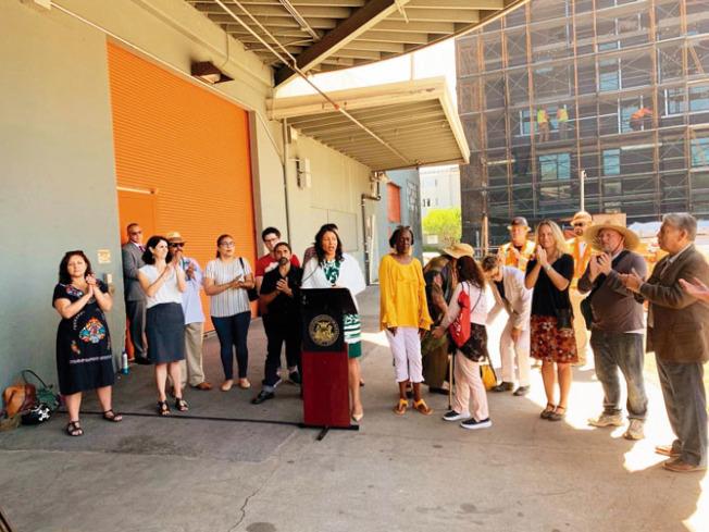 市長布里德(左)聯同民選官員和社區組織,要求通過新項目帶來更多可負擔房屋。(舊金山市長新聞辦公室提供)