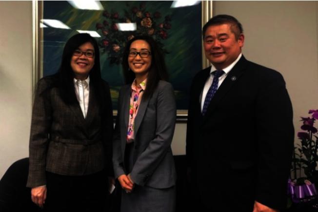 Cecilia Cho(中)來訪世界日報。圖左為洛杉磯世界日報社長于趾琴,右為張克塵。(本報資料照片)
