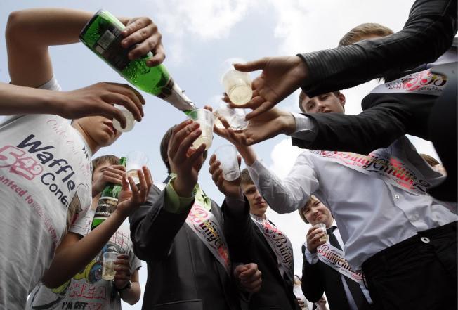 學生們舉杯慶祝。(歐新社)