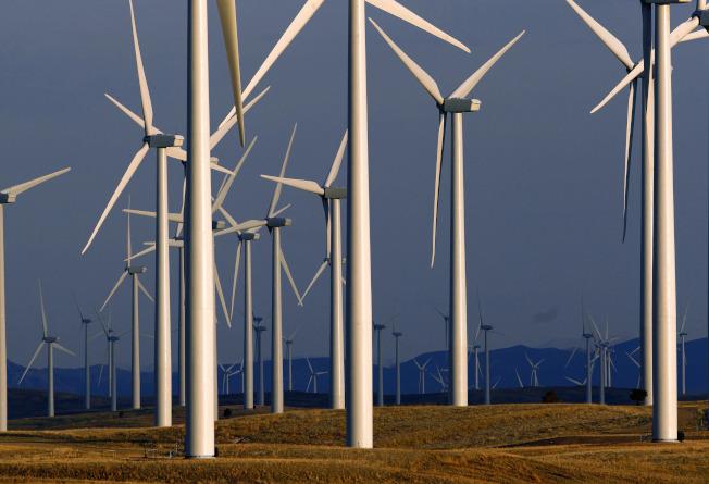 美國能源部已下令,任何研究計畫要與中資切割,圖為加州洛杉磯的風能發電廠。(美聯社)