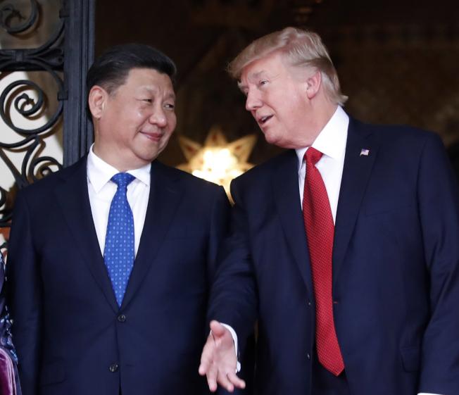 川普總統稱,中國必須回到先前同意的協議,貿易才能停戰。圖為前年4月川普與習近平在佛州海湖莊園會面。(美聯社)