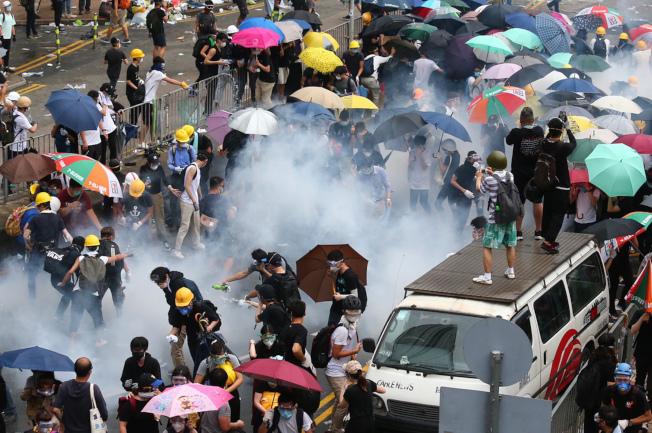 反送中抗议爆冲突,香港警方掷催泪弹到抗议人群中间,众人纷纷走散。特派记者王腾毅/摄影