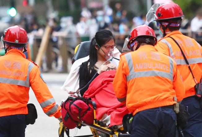 反送中抗议爆冲突,香港警使用橡胶弹、布袋弹及催泪烟驱散抗议民众,有抗议者受伤送医。特派记者王腾毅/摄影