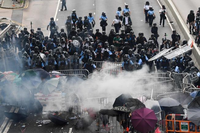 警方正不停發射催淚瓦斯,試圖驅散「違法集結」的示威群眾。Getty Images