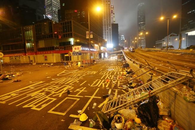 港警昨晚強勢驅離示威者,立法會周邊道路一片狼籍,宛如死城。特派記者王騰毅/攝影