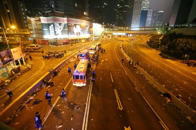 港警昨晚強勢驅離示威者,立法會周邊道路一片狼籍,只剩零星警方的車輛進駐。特派記者王騰毅/攝影