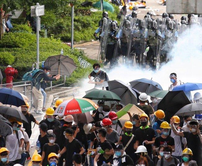 反送中抗議爆衝突,香港警方擲催淚彈到抗議人群中間,眾人紛紛走散。特派記者王騰毅/攝影