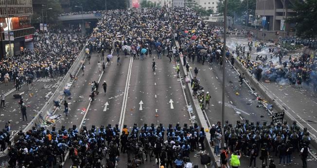 紐約時報分析,林鄭有中南海高層力挺,意志堅定,加上立法會親北京議員占多數,北京不易讓步。美聯社