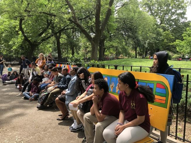 學生們繪製公園長椅,希望透過青少年聲音和創作,帶動大眾反思,為社區帶來改變。(記者金春香/攝影)