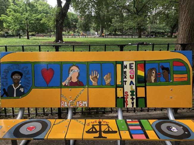 學生們繪製公園長椅,呼籲關注種族歧視、性別不平等、槍枝暴力等問題。(記者金春香/攝影)