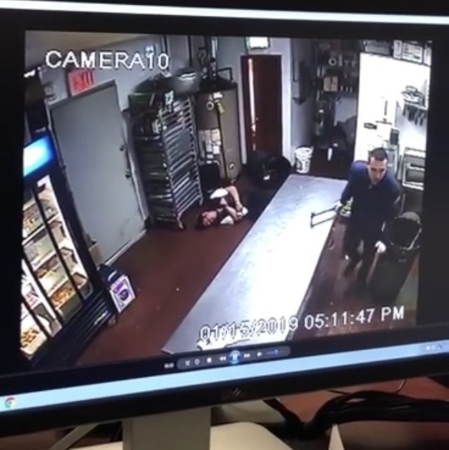 監控錄像顯示嫌犯持鐵錘追打海港城餐館員工。(本報檔案照)