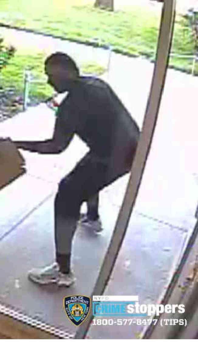 警方正在追捕一名涉嫌搶劫老婦的布碌崙男子。(市警提供)