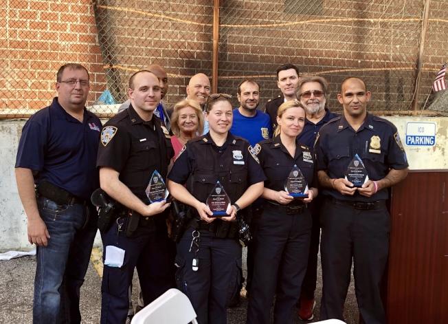 夏因(後排)家暴組警員(前排)頒發「本月最佳警員」。(記者朱蕾/攝影)