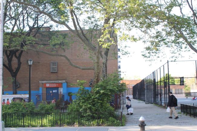 Classon大道站周圍生活設施良好,緊鄰地鐵站就有學校和社區遊樂場。(記者劉大琪/攝影)