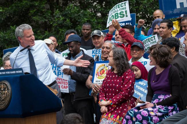市長白思豪(左)宣布擬繼續停發網約車牌照一年,同時將規定對網約車在曼哈頓96街以南地區的空載時間上限。(市長辦公室提供)