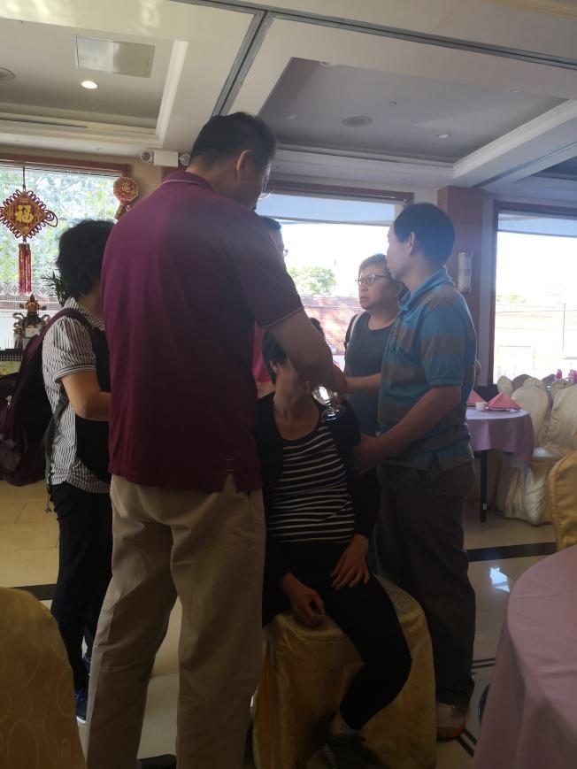 李發泉的太太朱女士因為太過傷心,幾次幾乎暈厥,大家在一旁照顧。(記者黃伊奕/攝影)