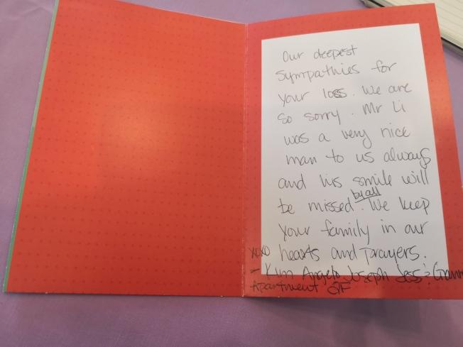 鄰居得知李發泉去世後,給其夫人朱女士寄來的卡片。(記者黃伊奕/攝影)