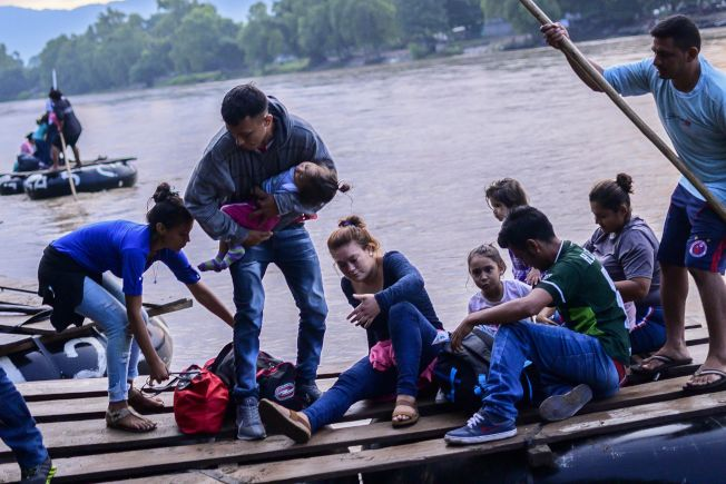 最新資料顯示,偷渡來美的墨西哥人逐漸減少,被中美洲無證客取代。圖為中美洲偷渡家庭搭竹筏抵達墨西哥後轉赴美墨邊境。(Getty Images)