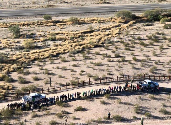 上訴法庭3日維持禁止用國防部經費在美墨邊界築牆的裁決。圖為中美洲偷渡客在亞利桑納州美墨邊境被邊境巡邏隊攔下。(美聯社)