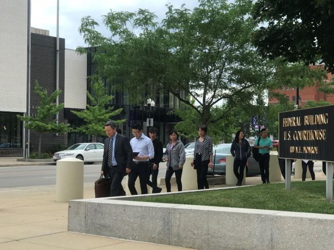 律師王志東(前左)陪同家人步出法院。(特派員黃惠玲/攝影)