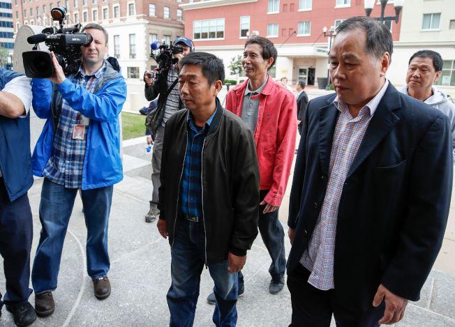 章瑩穎的父親章榮高(中)抵達法院聆聽審訊。(Getty Images)