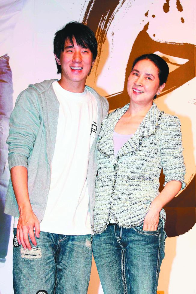 林鳳嬌(右)稱是兒子房祖名的頭號粉絲。(圖:群石國際提供)