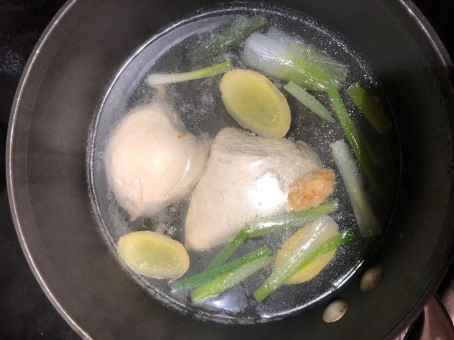 加入雞胸肉,煮約3分鐘後熄火,蓋鍋燜10至15分鐘。