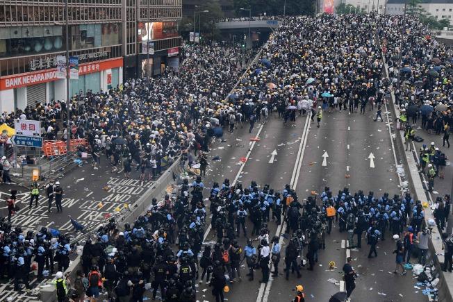 反抗中群眾與警察在港府總部外正面衝突。(Getty Images)