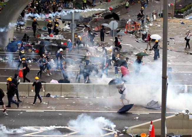 警方正不停發射催淚瓦斯驅散「違法集結」的示威群眾。(特派記者王騰毅/攝影)