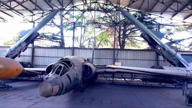 陳列在北京軍事博物館中的國軍U-2,是由各架被擊落的殘骸所拼成,後方刻意放了兩枚「紅旗」防空飛彈。(圖:楊佈新提供)