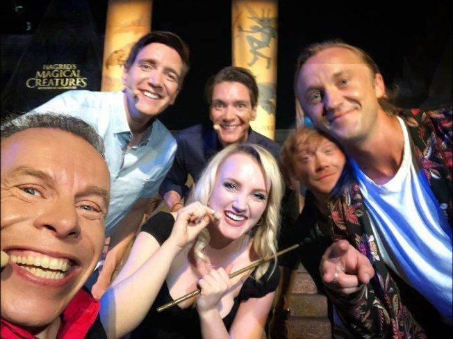 華威克戴維斯(左起)、奧利佛菲爾普斯、詹姆斯菲爾普斯、伊凡娜林奇、魯伯特葛林、湯姆費頓再度重逢替奧蘭多環球影城「哈利波特樂園」的新遊戲揭幕。圖/摘自Twitter