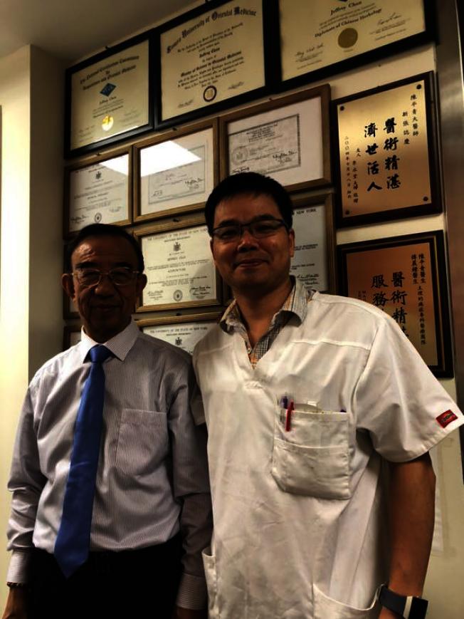 劉振寰教授(左)和陳平青針灸師(右)合攝於診所。