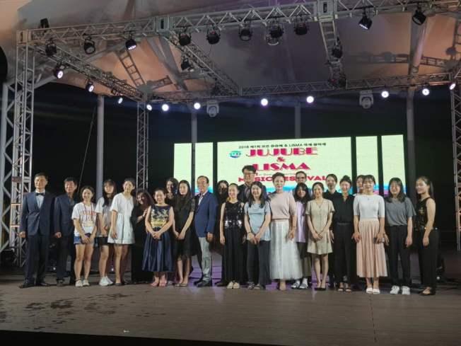 長島學院夏令營學子參加敬老院與特殊關懷中心的公益音樂會活動。