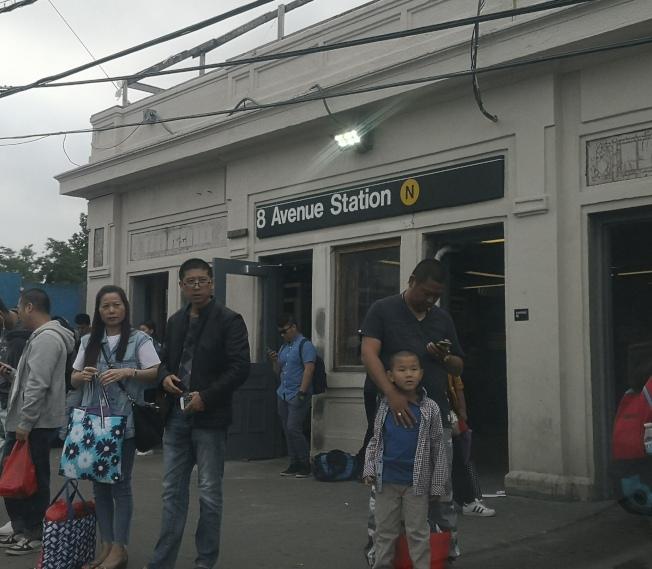 火雞在8大道地鐵站軌道上漫步,導致地鐵延誤。(記者黃伊奕╱攝影)