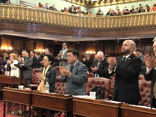 市議會13日舉行全體會議確認,華裔市議員顧雅明(中)接任市議會公園和休閒委員會主席。(本報檔案照)