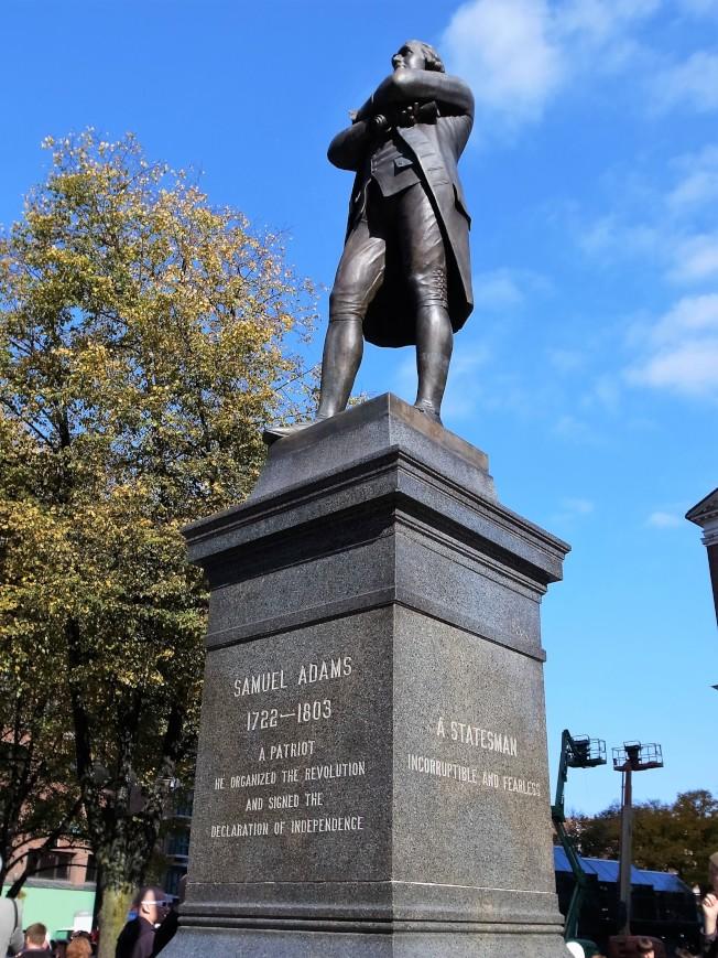 「法尼尔厅」前的山缪.亚当斯铜像。