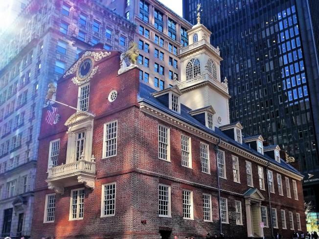 興建於1712年-1713年間的老州議會大廈,是全美最古老的公共建築之一。1770年的「波士頓大屠殺」便是在這幢建築前發生的。