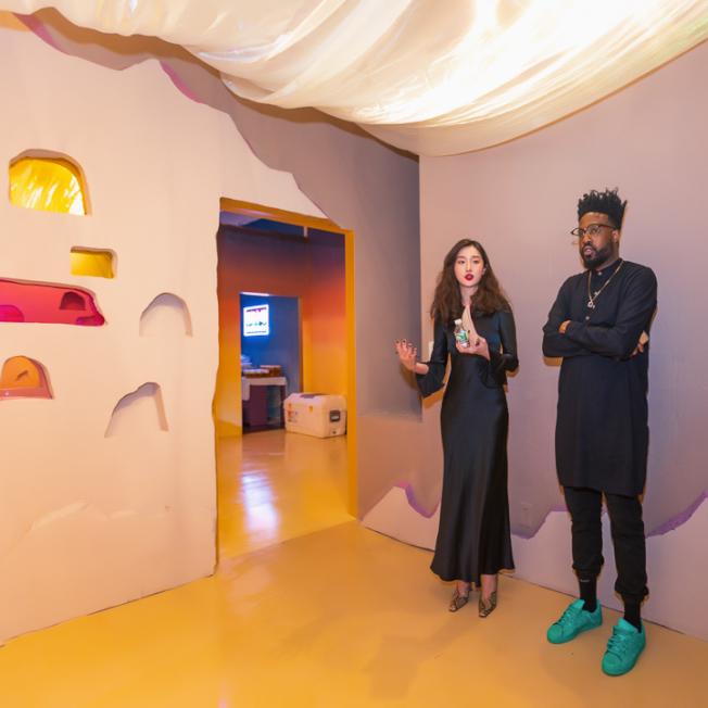 「敦煌莫高窟」展廳,馬聰(左)為參觀者講解中國的歷史背景。(記者張晨/攝影)