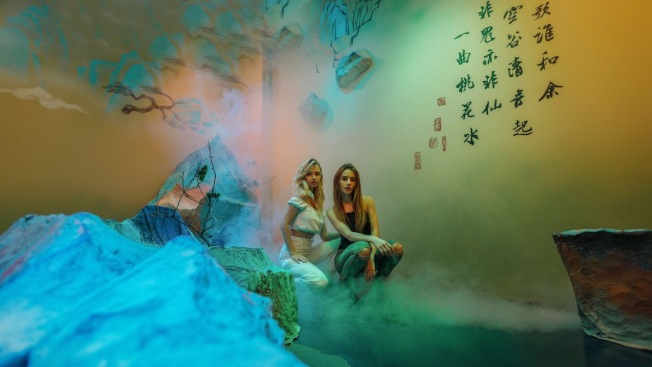 「山脈」展廳煙霧繚繞,彷彿置身於山水畫之中。(記者張晨/攝影)