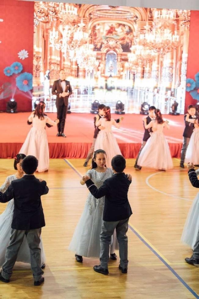 禮儀與華爾滋課程結束後,小紳士和小淑女們在年終舞會中盛裝「驗收成果」。(取材自陸紀堯微博)