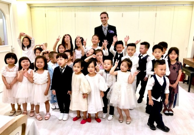 陸紀堯和參加禮儀課程的小朋友學員。(取材自陸紀堯微博)