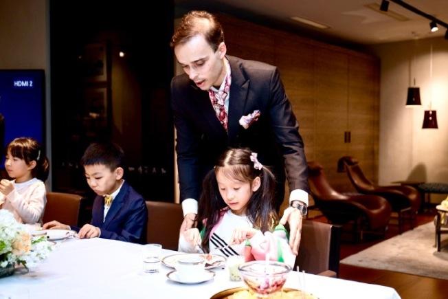 陸紀堯教小朋友餐桌禮儀。(取材自陸紀堯微博)