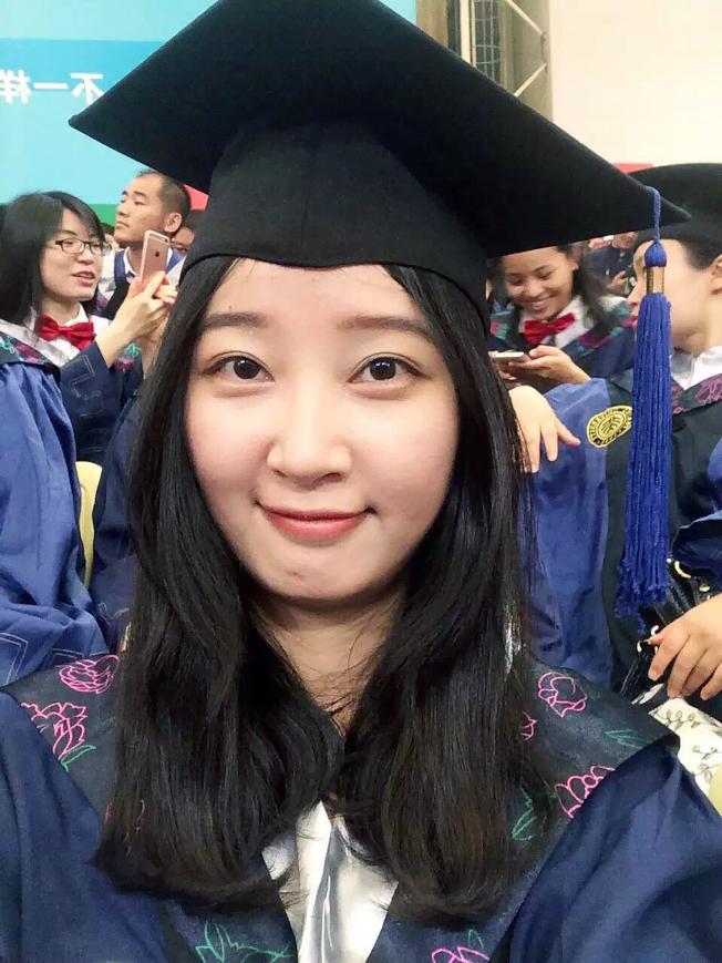 章瑩穎家人提供的這張照片,是章瑩穎2016年在北大深圳研究生院畢業時的自拍照。(美聯社)