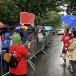 不滿被代表 場外華人家長冒雨示威