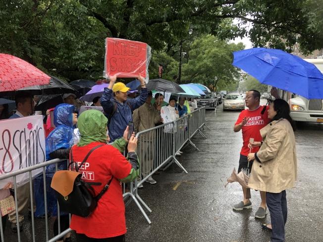 同源會會長陳慧華(右一)參加示威。(記者金春香/攝影)