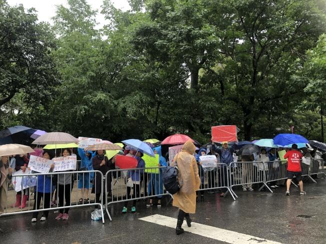 近百名家長在市長官邸外示威。(記者金春香/攝影)