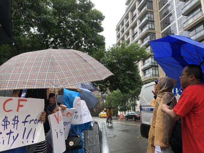 林小蓮(右二)帶領家長示威。(記者金春香/攝影)