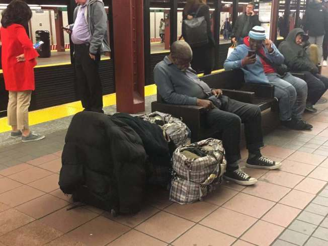 沒有法定寓所也沒有遊民所容身的流浪漢,若在地鐵站或地鐵車廂留宿被警察抓到,會被被拘留並面臨法庭傳訊。(市長辦公室提供)